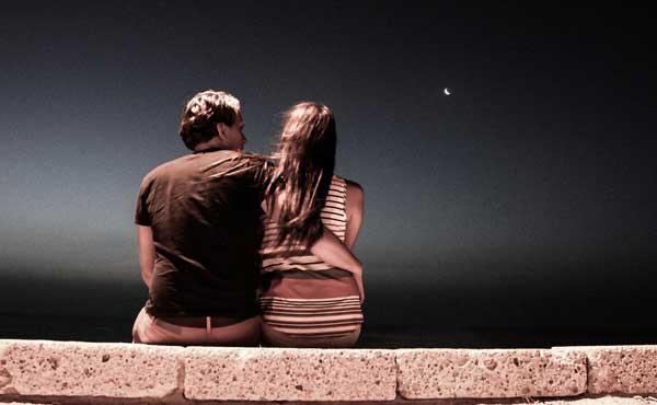 夜にデートで会うカップル