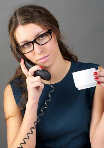 電話でオーダーする女性