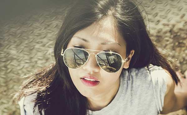 丸いサングラスをかける女性