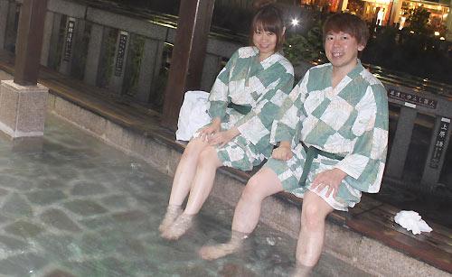 足湯につかるカップル