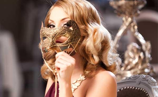 愛想笑いの仮面をつけた女性