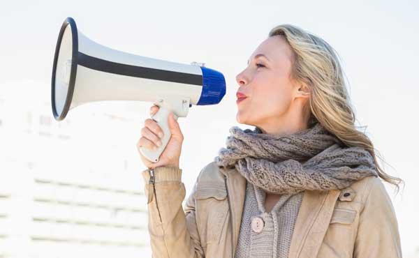 大声で話す女性