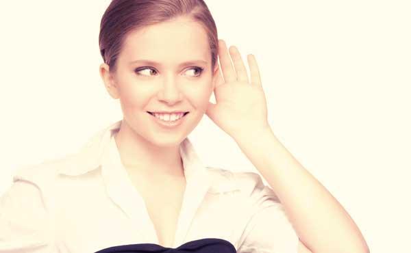 話を聞くことでコミュニケーションを図る女性