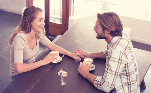 二人きりで話す男女