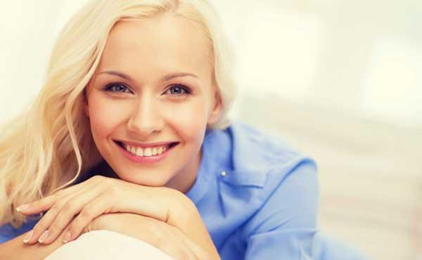 ふいうち笑顔でドッキリさせる女性