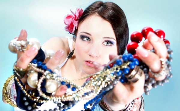 ブランド物と宝石で身を固めた女性