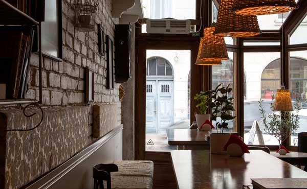 隠れ家的な空間のカフェ