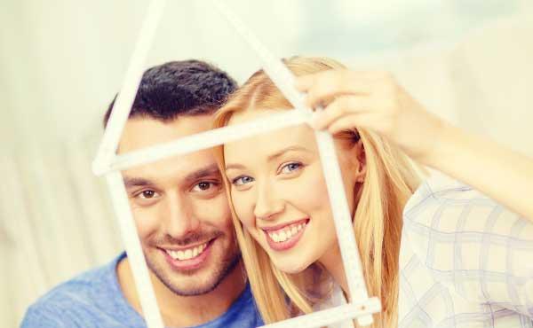 家を確保するカップル