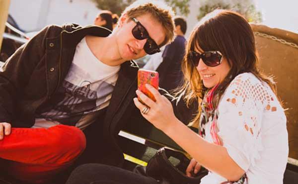 ファッションサングラスのカップル