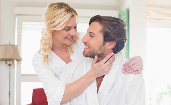 お揃いのルームウェアを着るカップル