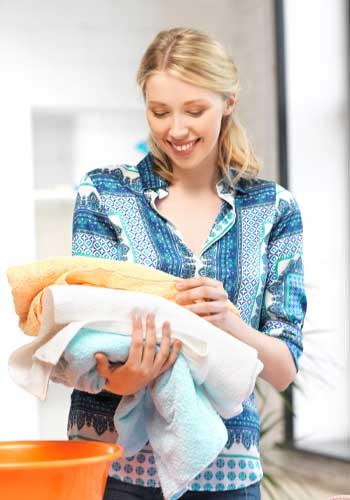 タオルを用意する女性