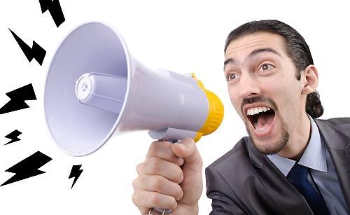 大声で叫ぶ男性