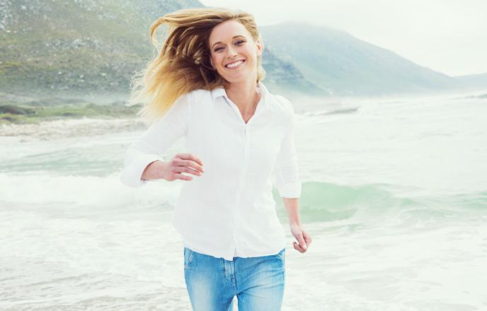 海辺で走る女