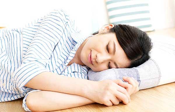 横向きに寝る女性