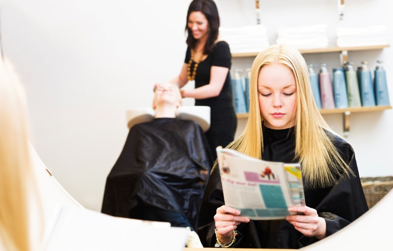 美容院で雑誌を読む女性