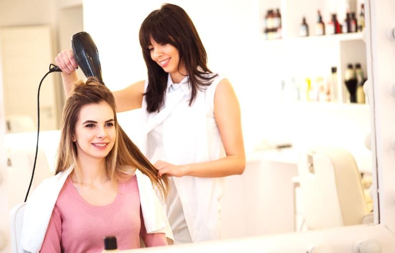 美容師と会話する女性