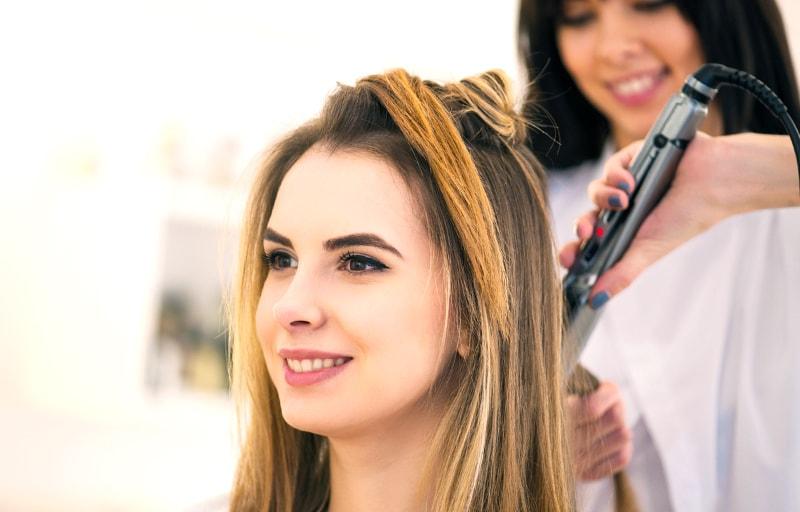 美容院で髪を切る女性