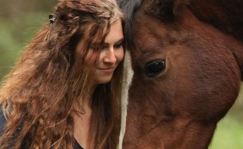 動物園で馬と遊ぶ女性