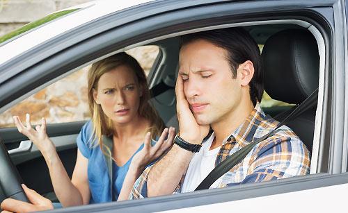 車の中でケンカするカップル