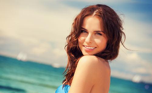笑顔でこちらを見る水着の女性