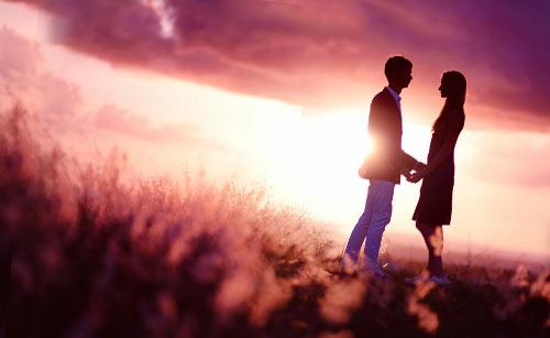草原で手を取り合うカップル