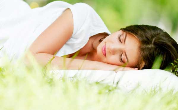 眠っている隙のある女性