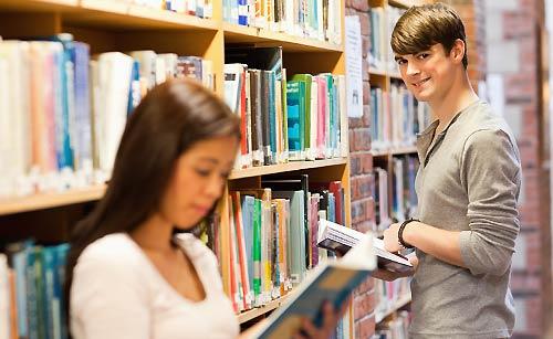 図書館でデートするカップル