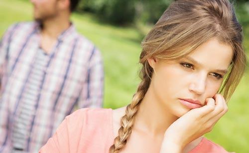 恋人と距離を置くか悩む女性