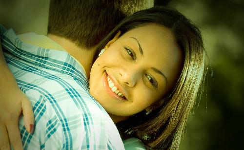 彼氏と嬉しそうに抱き合う彼女