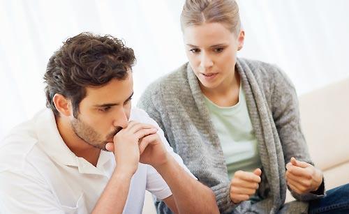 恋人に自分の気持ちを伝える女性