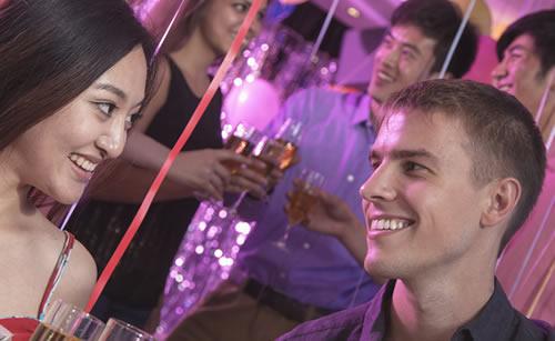 クラブで女性に告白する男性
