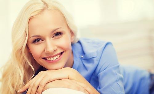 明るい笑顔の女性