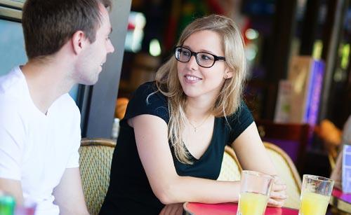 カフェで会話するカップル