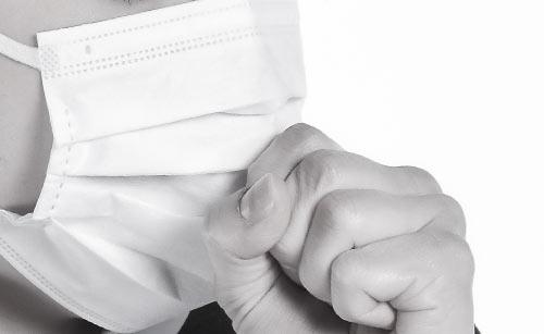 マスクをしながらフィルター部分を触る女性