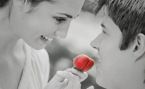 いちごを男性に食べさせる女性