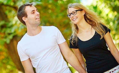 公園で会話する男と女