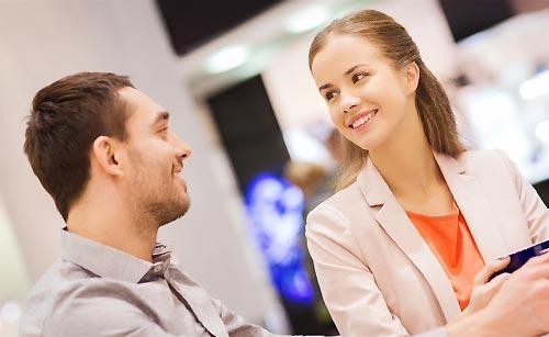 語り合う男と女