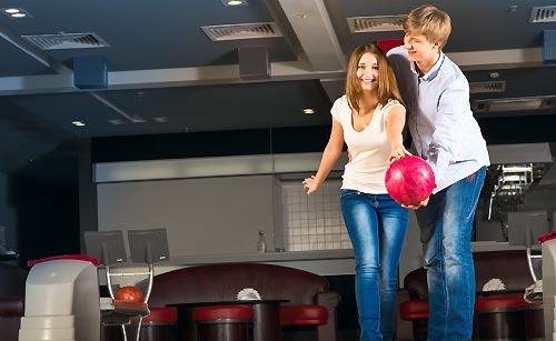 ボーリングをしているカップル