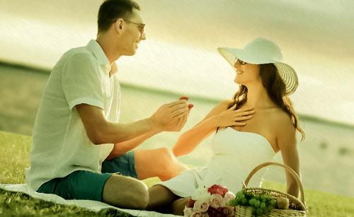 ピクニックでプロポーズする男性