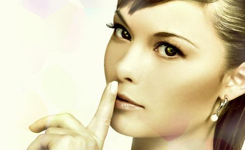 口に指を当てる大人の女性