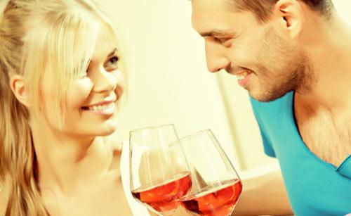 笑顔で乾杯するカップル