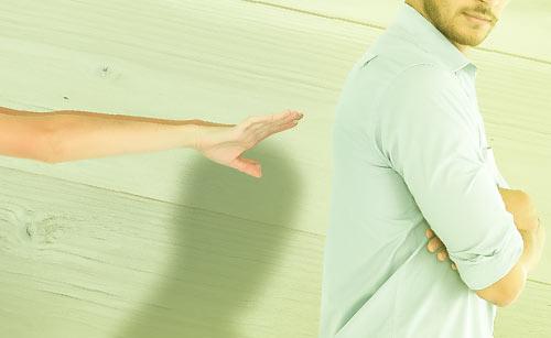 後ろ向きの男性を追う女性の手
