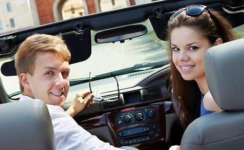 車で恋人をエスコートする男性