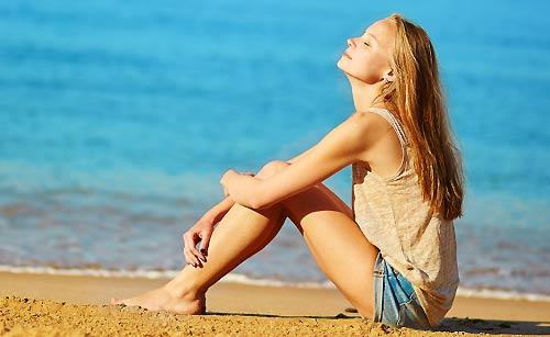 浜辺で黄昏る女性