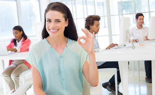 笑顔で迎える女性
