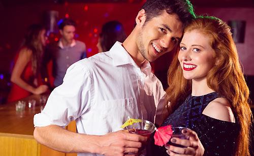 バーで乾杯するカップル
