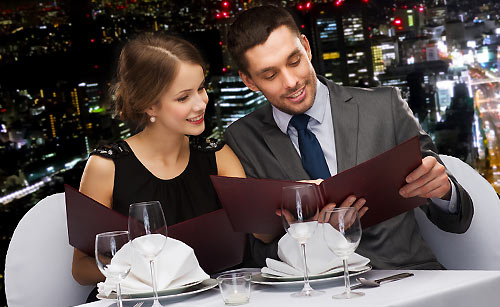 ホテルのディナーを楽しむカップル