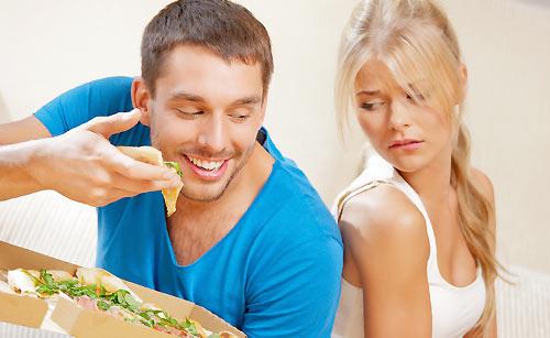 ピザを食べる夫をうらやましがる妻