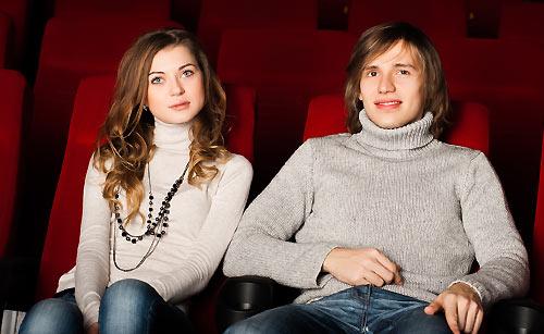 レイトショーを見るカップル
