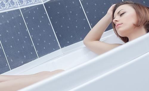 入浴でくつろぐ女性